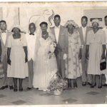 De telgen van Frederik, tijdens het huwelijk van mijn ouders. Tweede van links is Elisabeth; Bertha is de vierde op de foto. Uiterst rechts is Hendrik, met naast hem Hilda.